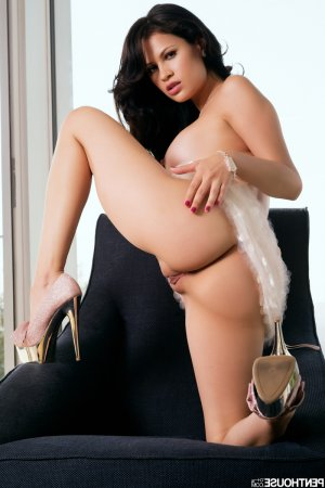 Angelines escort black Saint-Denis-de-Pile, 33